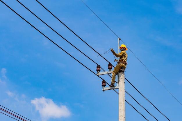電気労働者は電気システムを修復しています