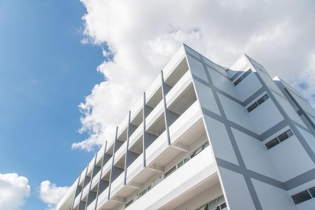 新しい白い建物