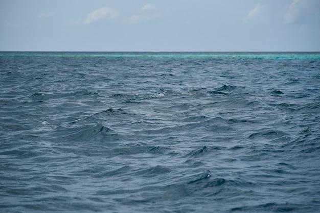 Морская волна на мальдивах