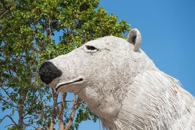 わらで作られた白い熊像。