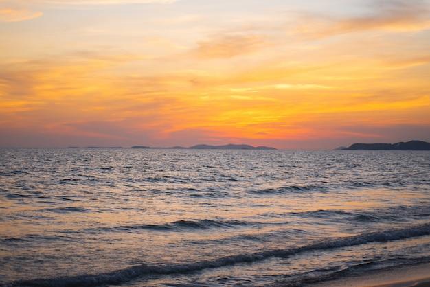 早朝の美しい海の景色。