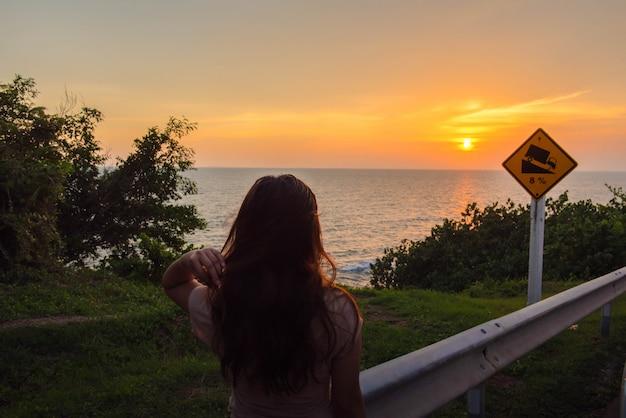 旅行と自由、アジアの女性は自由と笑顔を感じています