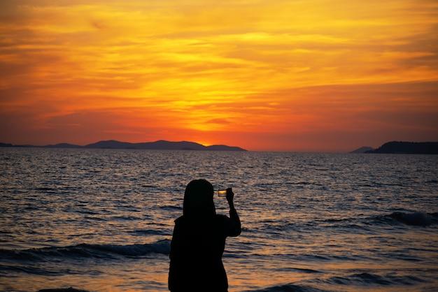 早朝の美しい海、海の日の出。
