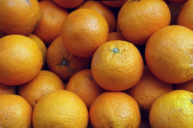 Куча апельсинов на рынке