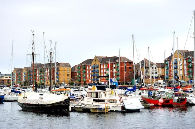 スワンシーマリーナ、ウェールズ、イギリスの海で係留するボート