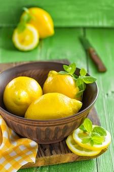 木製のボウルに新鮮なレモン