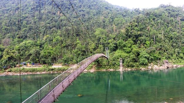 川に架かる吊り橋