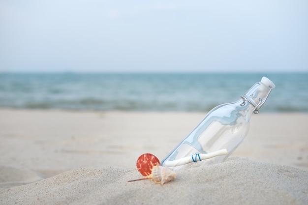Бутылка с сообщением на пустынном пляже