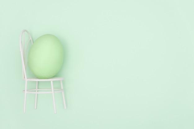 緑の背景に卵殻。