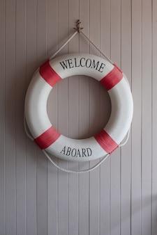 Красно-белый спасательный круг, безопасный тор на деревянной доске
