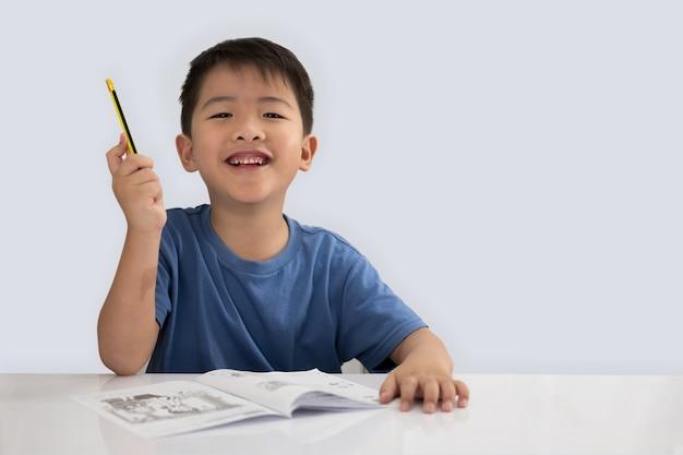 Азиатский мальчик, подняв руку за идею концепции, изолированных на белом фоне