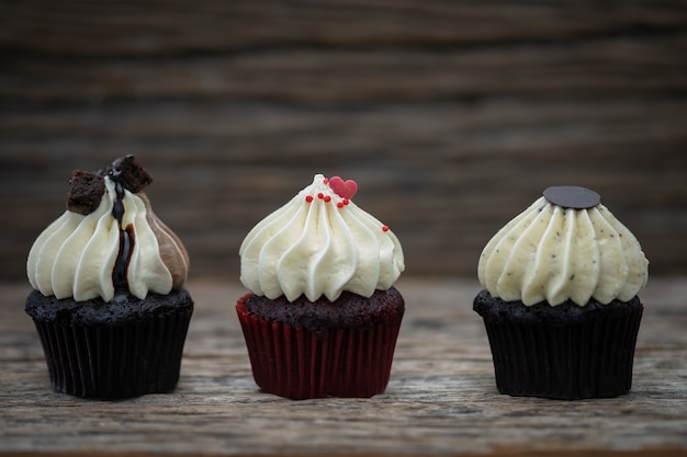 ビンテージの背景に美味しいミニカップケーキ、甘いデザート