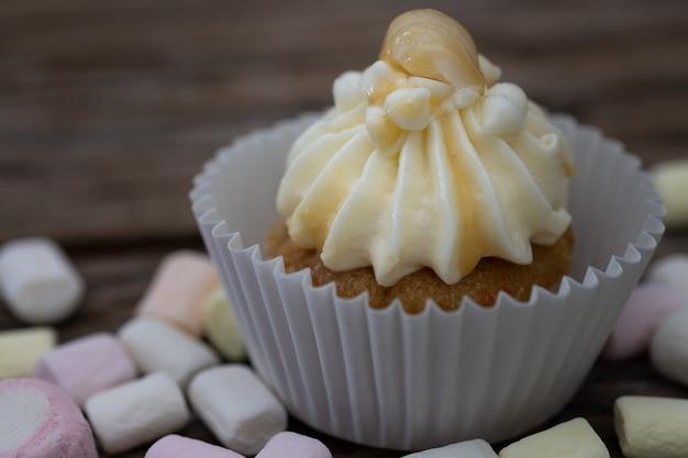 ビンテージ背景においしいミニカップケーキ、クリスマスのための甘いデザート、