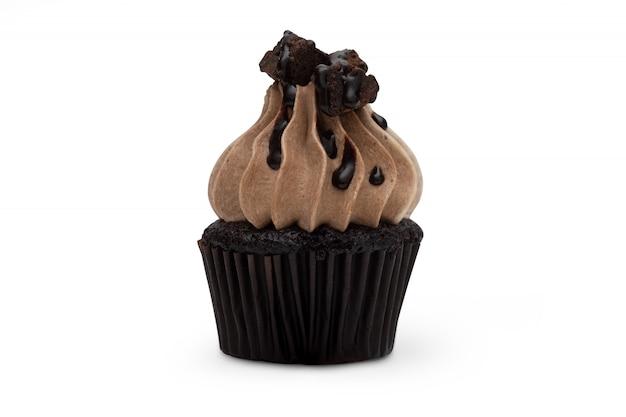 白い背景で隔離のチョコレートケーキ