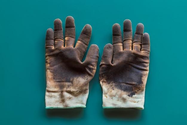 Перчатка с маслом пятно на изолированных фоне. использованные перчатки загрязнены.