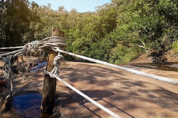 険しい崖を分離するロープ