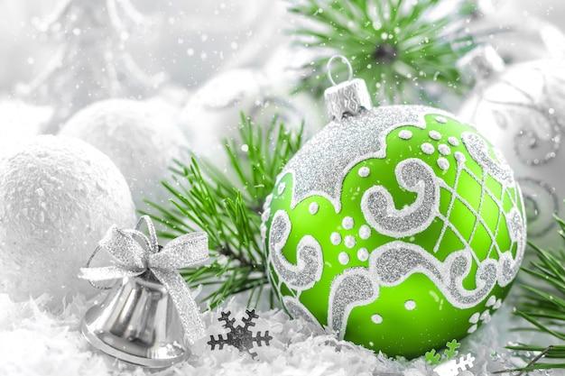 Рождественский бал на елке крупным планом
