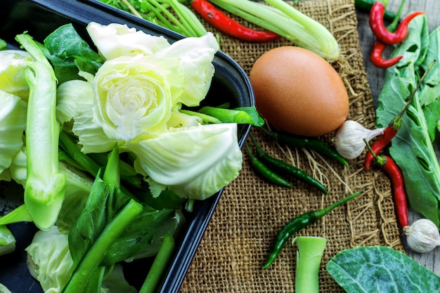 木製のテーブルに混ぜた野菜と卵。
