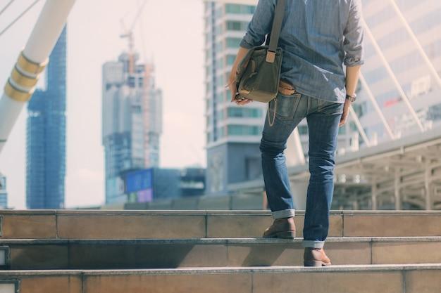 都市の青いジーンズの男。