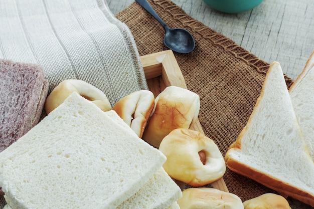 テーブルクロスには多くのパンがあります。