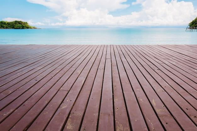 空のビーチで木造。