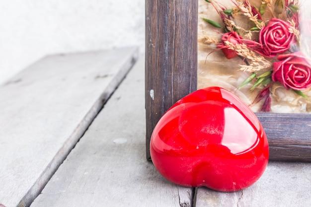 Красное сердце и рама