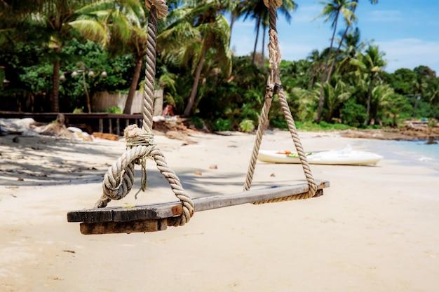 Качаться на песчаном пляже.