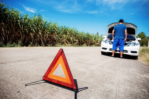 道路上の交通標識。