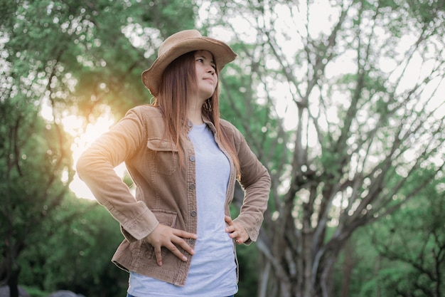 森を旅する女性。