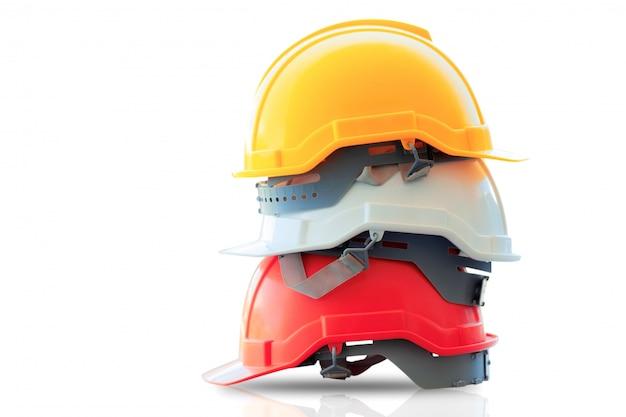 孤立した上に積み上げられた安全ヘルメット。