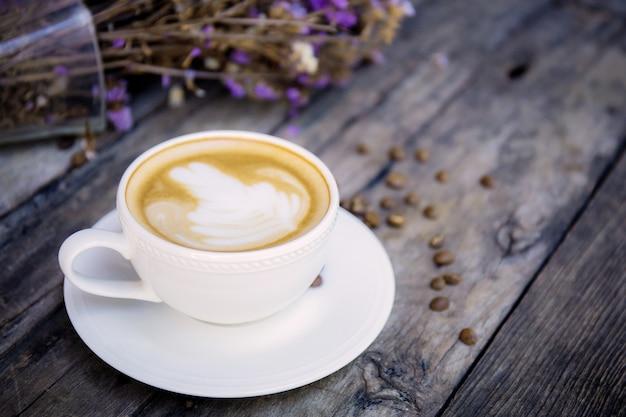 木の上のコーヒーカップ。