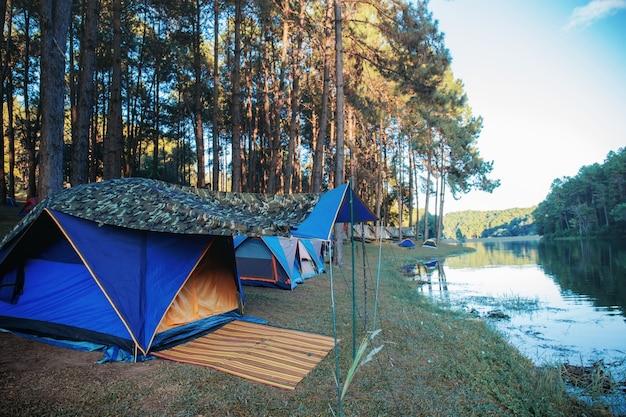 川でのキャンプ。