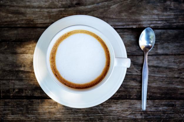 コーヒーカップと木のスプーン。