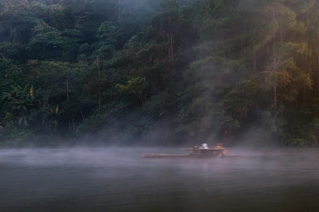 タイの竹のラフティングで旅行します。