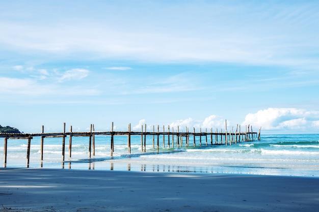 ビーチの木製の橋。