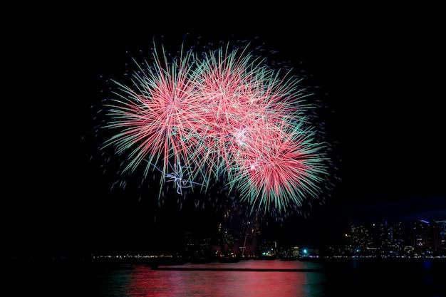 夜にカラフルな花火。