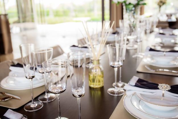 テーブルの上のガラス。