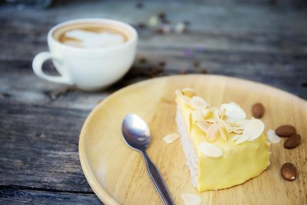 ケーキと木のコーヒー。