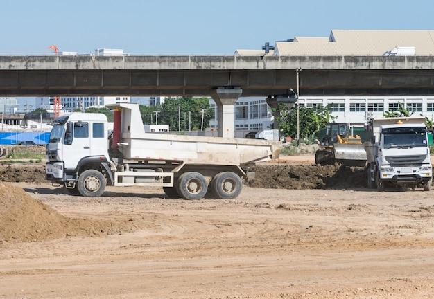 大型トラックが建設現場で働いています。