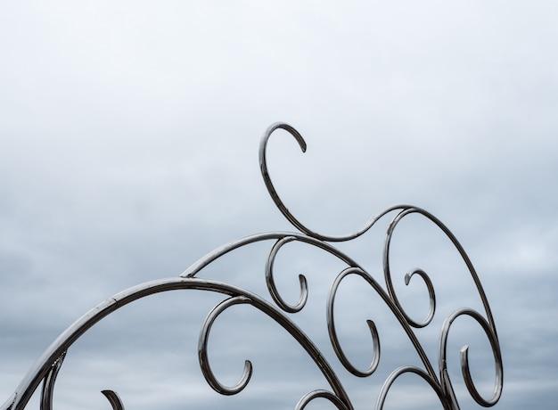 軽い霧のステンレス彫刻。