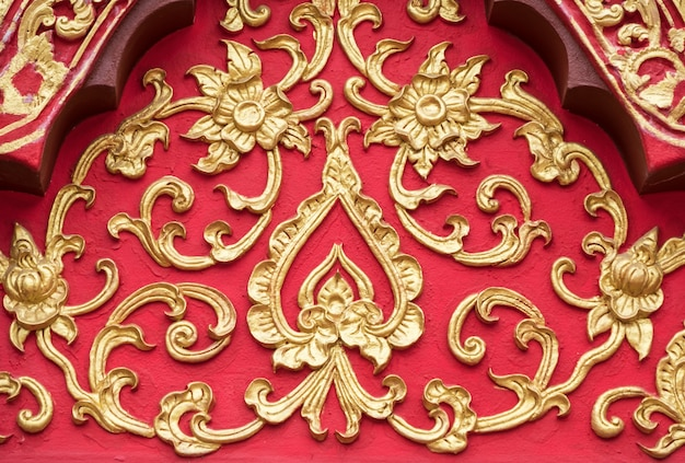金色の塗料で花の漆喰パターン。