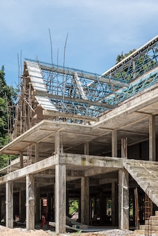 木製の足場が付いている未完成の寺院。