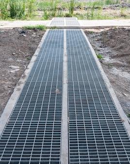 新しい鋼鉄排水