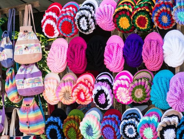 カラフルな糸の帽子