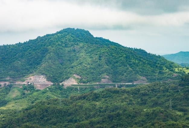 山を渡る高速道路。