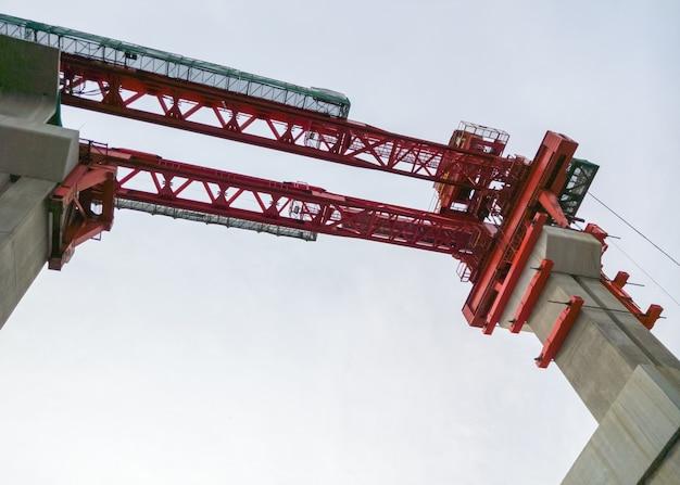 鉄道橋を建設するための赤いクレーン。