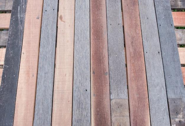 木製の橋の通路の板のストリップ。