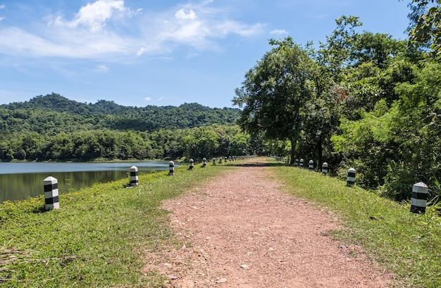 貯水池の周りの小さな未舗装の道路。