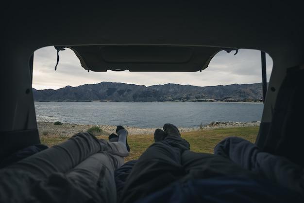湖の前にキャンピングカーで冷やす
