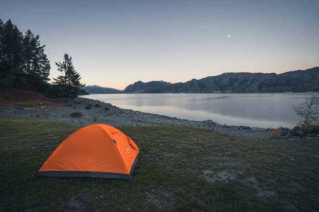 ニュージーランド湖畔でのキャンプ